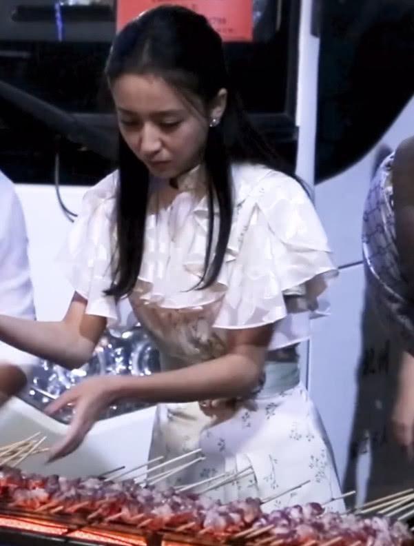 佟丽娅烤正宗羊肉串,听到她的叫法,网友:还是新疆叫法更贴切点