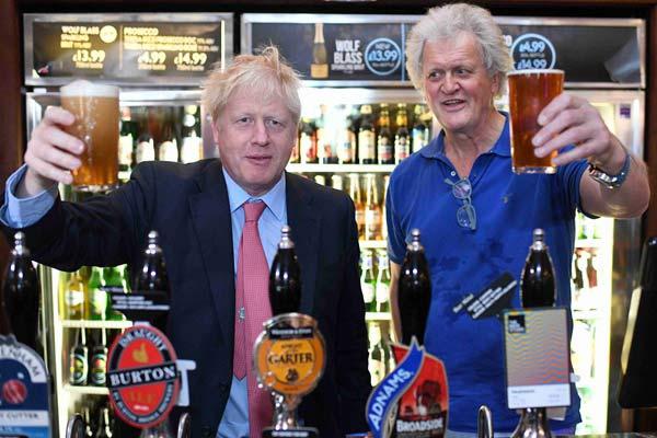 英國首相熱門候選人鮑里斯光顧酒吧 與老板一起舉杯暢飲