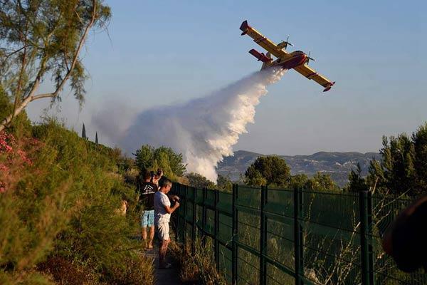 法國東南部工業區發生火災 消防飛機出動滅火