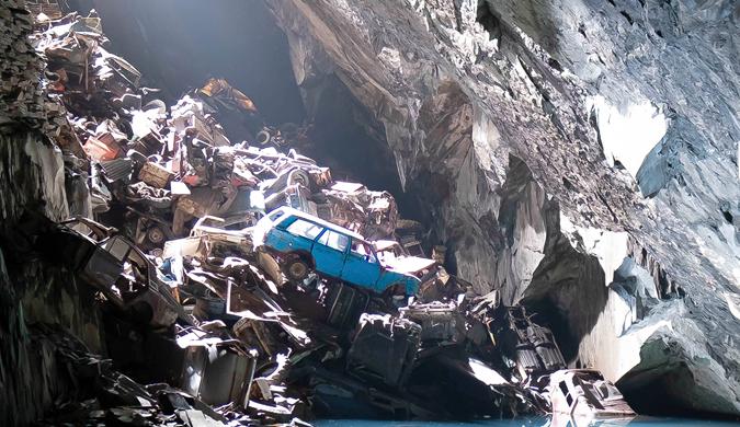 英国一神秘洞穴惊现数百辆旧车残骸