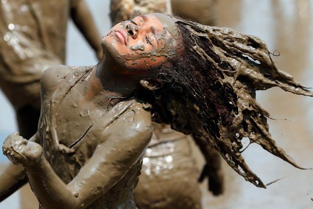 """美国密歇根举办泥巴节活动 一池子""""小黑人""""肆意狂欢"""