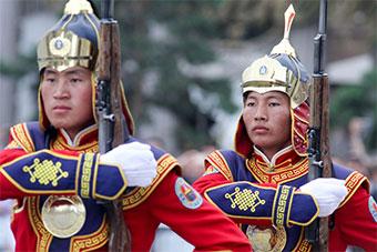 蒙古军队庆祝国庆阅兵 乘美国吉普检阅铠甲标兵
