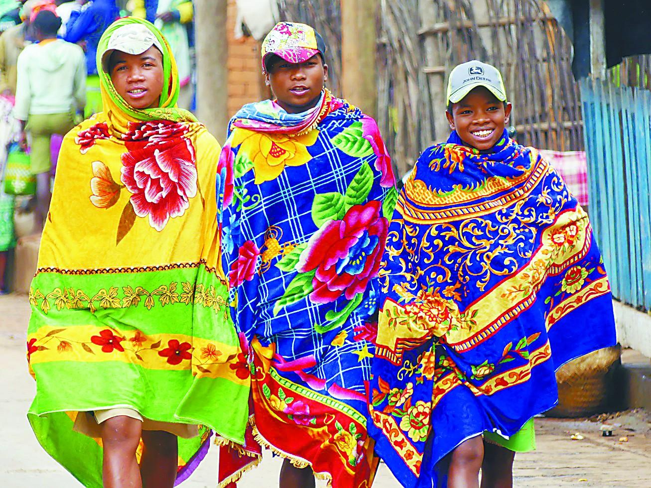 马达加斯加男人披花毯子扮帅