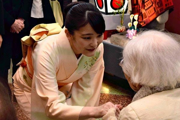 真子公主訪問秘魯 穿和服與日本第一代僑民老人交談