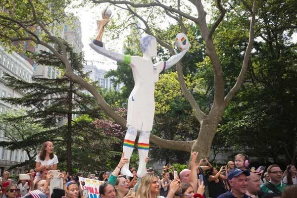纽约举行大游行庆祝美国女足夺冠