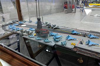 海事展上俄罗斯展示航母模型 搭载28架舰载机
