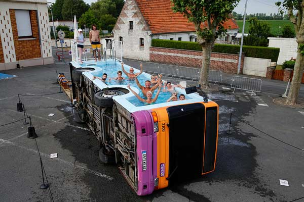 法国艺术家将废弃公交车改造为泳池 民众开心戏水清凉一夏
