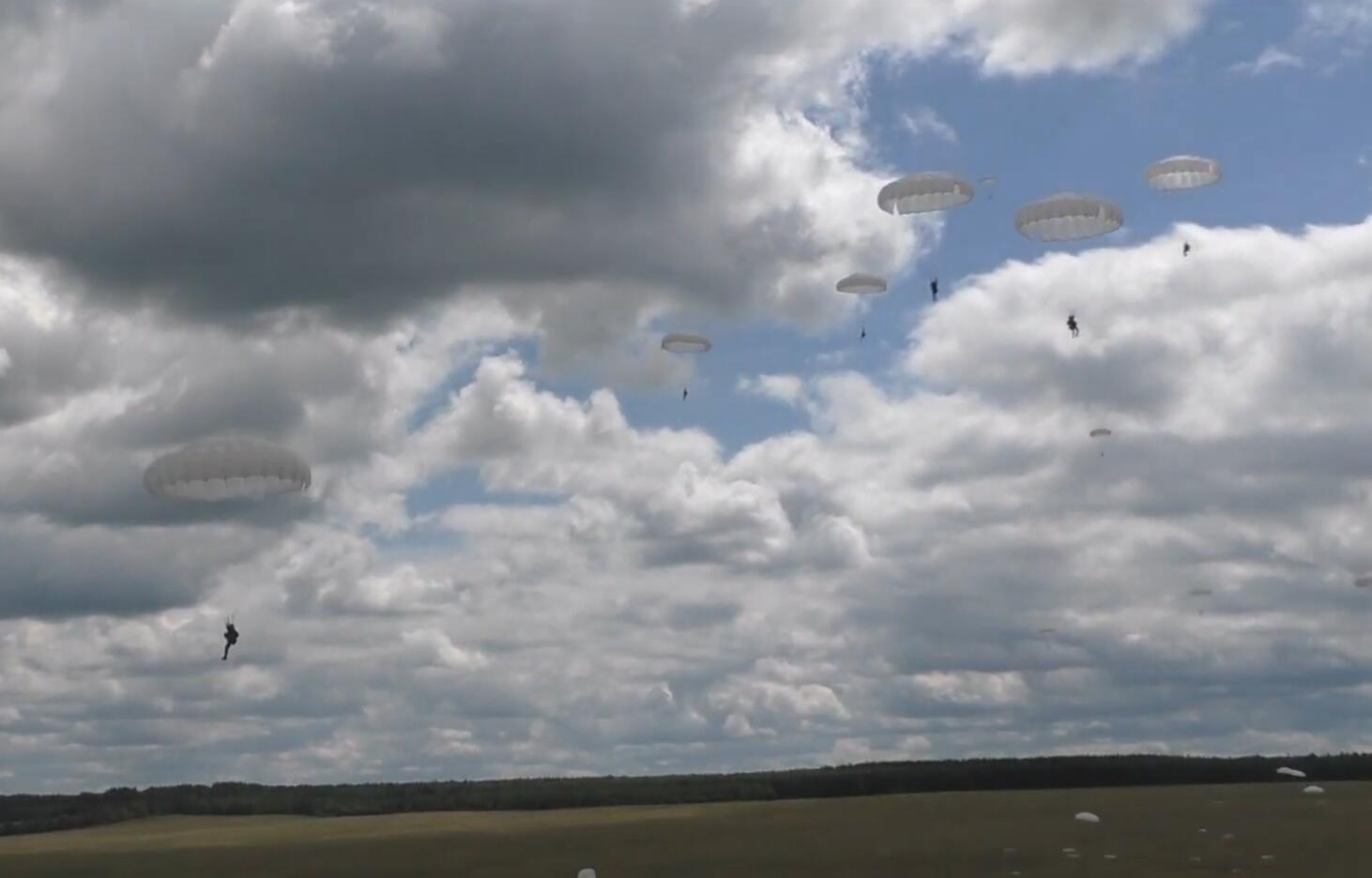 美国乌克兰正在黑海演习 俄军突然实施大空降