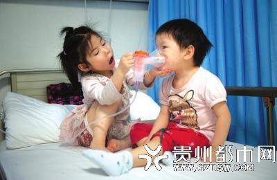 """3岁妹妹肿瘤晚期,5岁姐姐从老家辍学到医院当临时""""妈妈"""""""