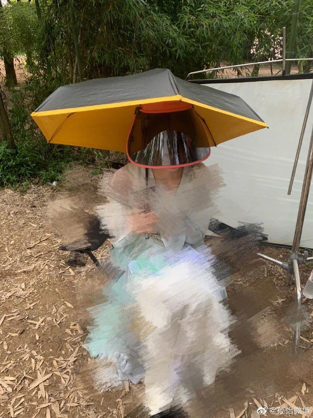 防晒技术哪家强?孙怡全套衣帽加阳伞360度无死角