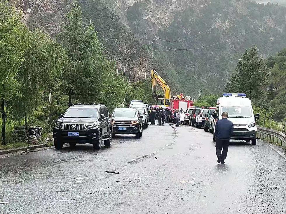 四川阿坝一旅游大巴车被飞石砸中 已致3人死亡