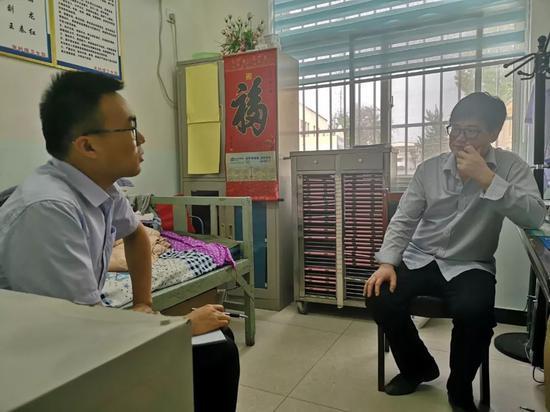 ▲在朱砂镇卫生院内,农民日报、中国农网记者正在采访朱砂镇一村医。