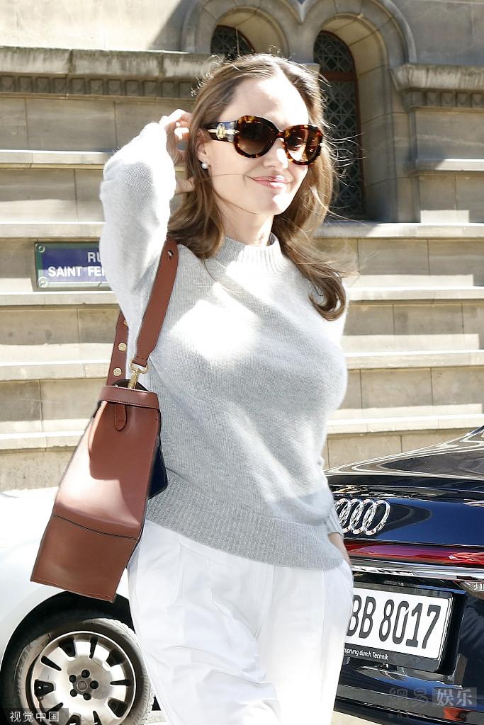 朱莉現身巴黎優雅干練 撩發盡顯迷人氣質