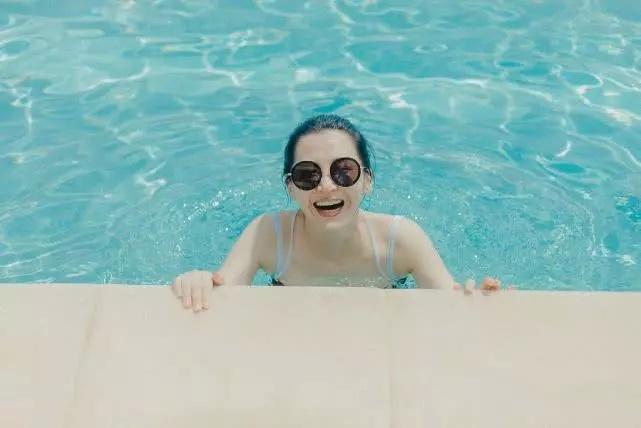 许晴不愧是冻龄女神!清凉泳装照曝光从小美到大