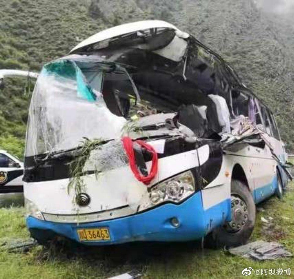 四川松潘县一旅游大巴车被飞石击中 已致8死16伤