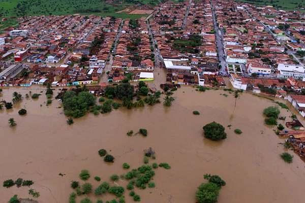 """巴西迎來暴雨致大壩溢流  交通被切斷城市成""""汪洋"""""""