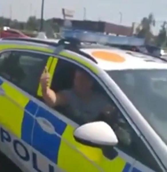 英一男子趁警察忘拔钥匙开警车在停车场兜风