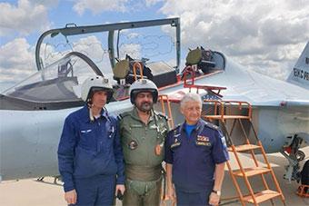 印空军高官访问俄罗斯 体验雅克130高级教练机