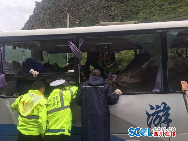 松潘飞石砸中旅游大巴车致8人死亡 16名伤员已送医院抢救
