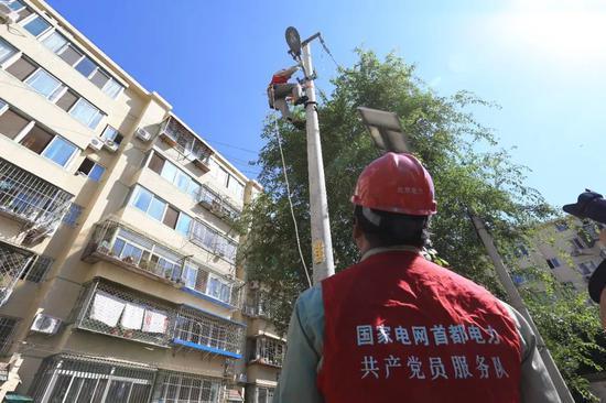 华灯班共产党员服务队为春风社区加装路灯。
