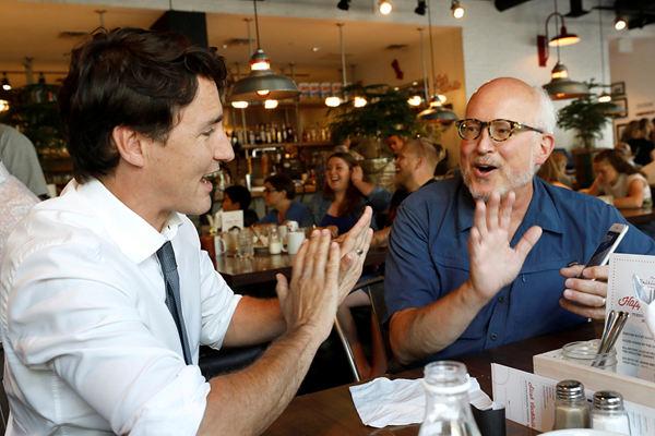 加拿大总理特鲁多走访餐厅 与就餐民众热聊