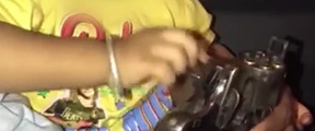 教儿子给手枪装子弹,印度男子被捕