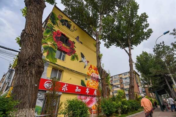 长春:楼体彩绘扮靓城市街景