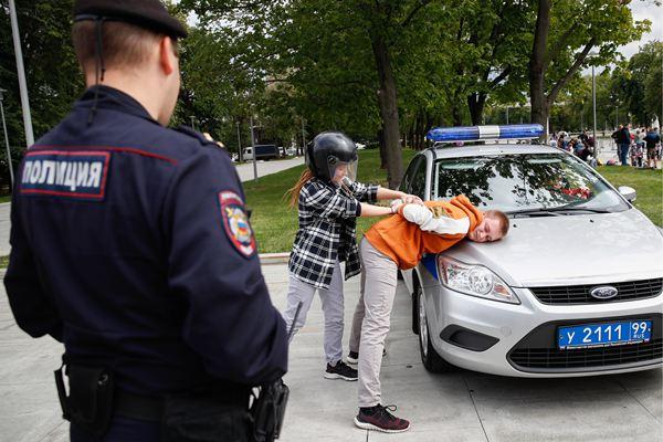 """莫斯科举办交通日活动 萌娃当""""警察""""逮捕""""罪犯"""""""