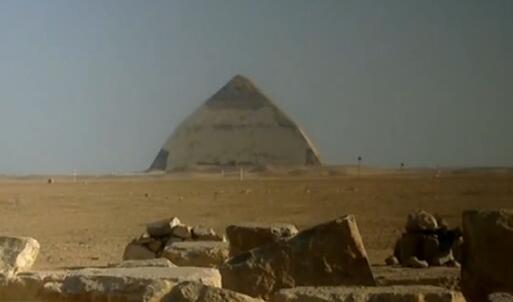 埃及弯曲金字塔内部墓室向游客开放