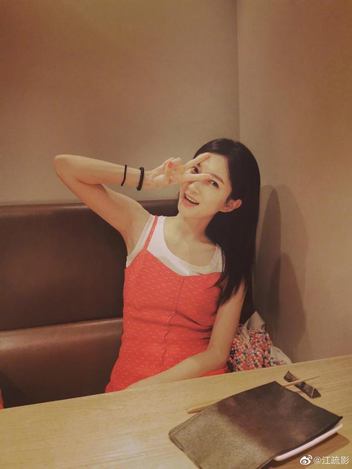 仙女座瘟疫(常熟理工学院招生网)江疏影穿赤色吊带裙很新鲜 做同色系美甲香甜似少女