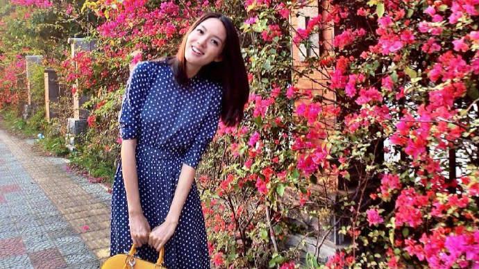 张梓琳穿10年前旧裙子美貌依旧 女儿身高直逼妈妈