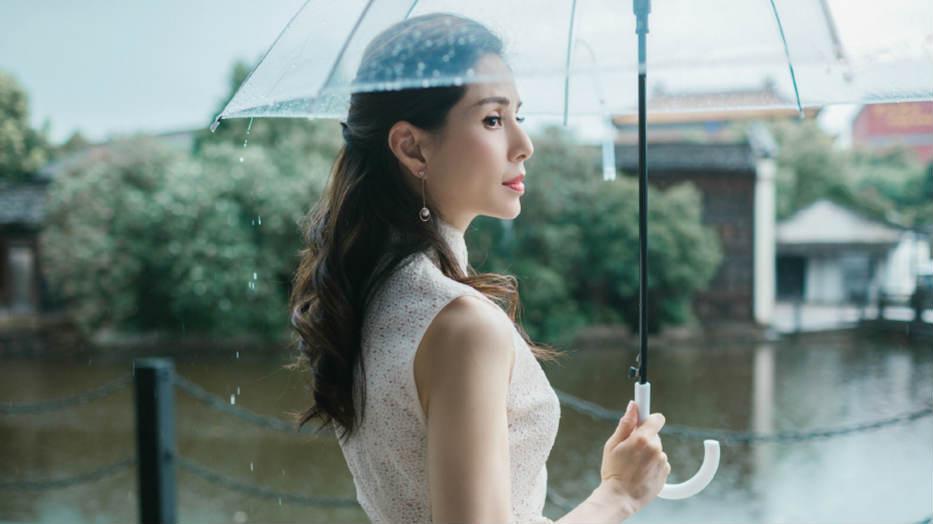 """李若彤穿淡雅长裙雨中漫步 网友赞""""最美小龙女"""""""