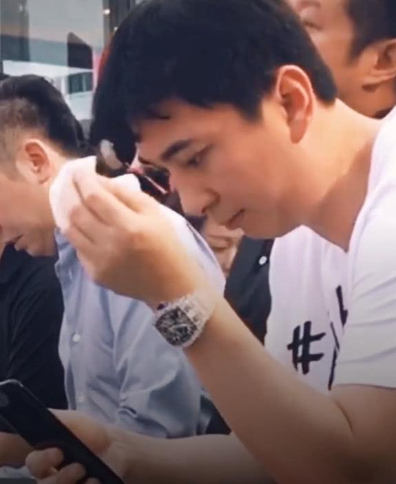 王思聪参加活动不停擦汗,看到身边的男子后,网友:差距啊