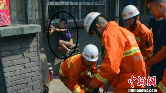 男童被卡窗户防盗网内 消防员结束救援还不见父母