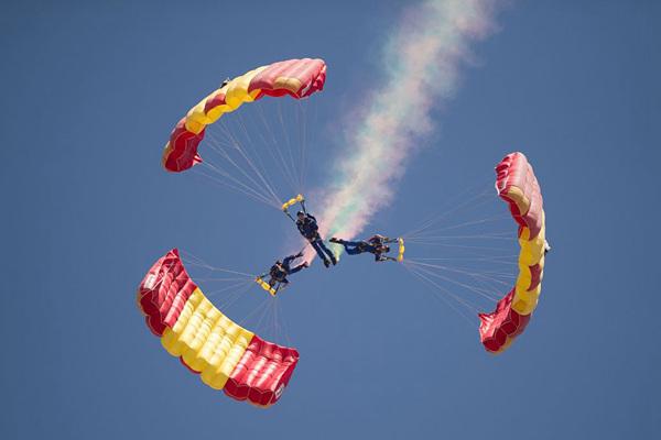 西班牙举办国际航展 特技伞兵高空炫技