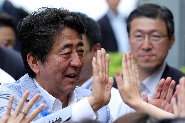 日本首相安倍晋三出席竞选活动 与支持者击掌互动