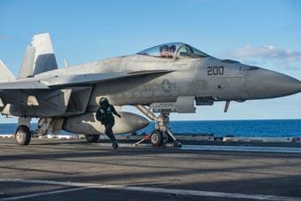 美海军在西南太平洋演习 F-18舰载机训练起降