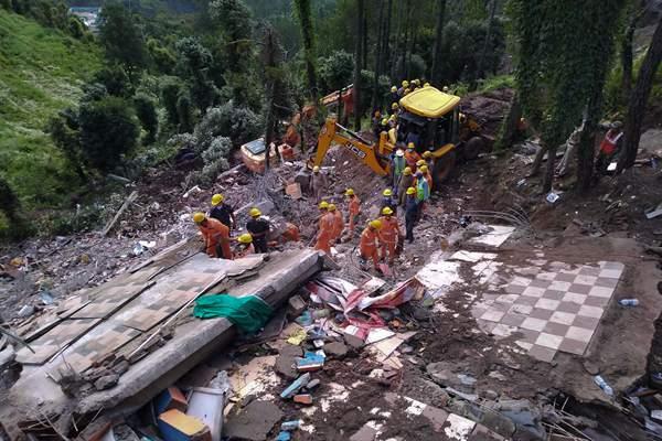 印度喜马偕尔邦暴雨致居民楼坍塌 至少10人死亡