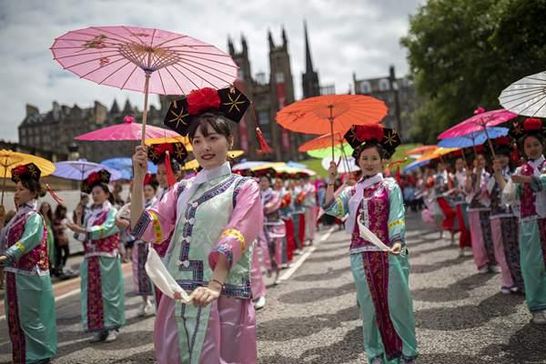 嘉年华巡游拉开爱丁堡艺术节序幕 中国元素服饰抢镜