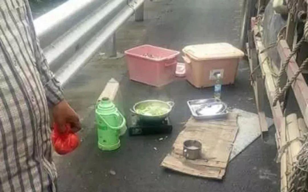 半路饿了!货车司机应急车道上煮饭炒菜…民警赶到时,鸡蛋都熟了