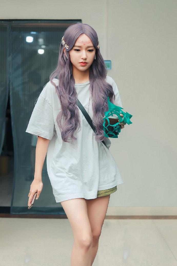 程潇紫色卷发活力灵动 额头印记妆容神似洋娃娃