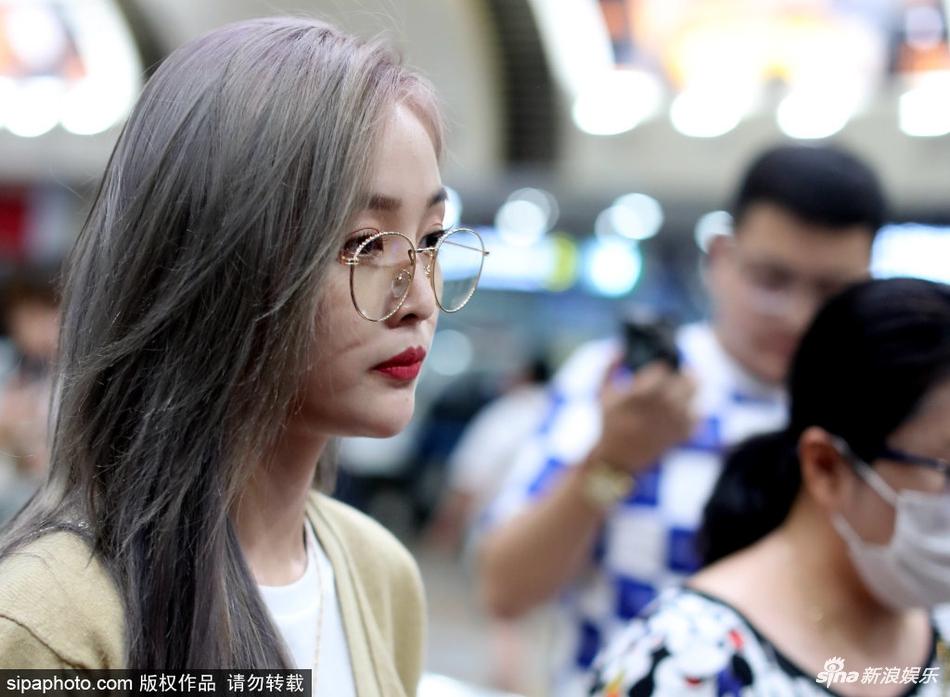 吴宣仪银发造型现身 戴圆框眼镜表情搞怪