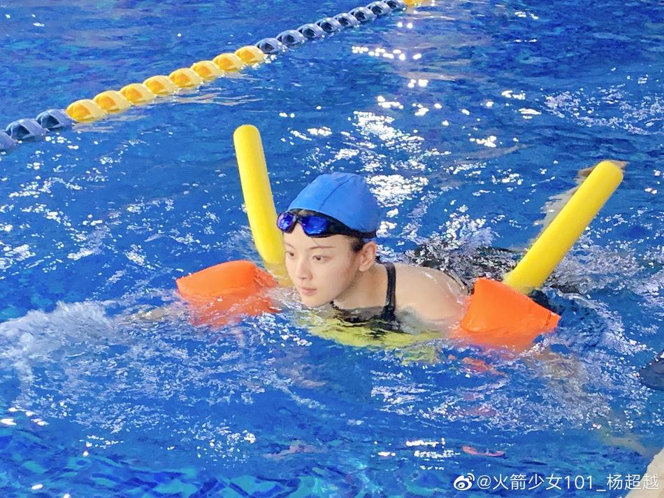 杨超越素颜游泳自侃
