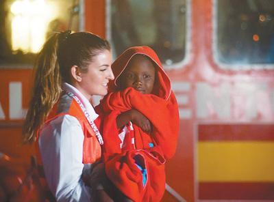 办公室亲吻(两天一夜2008)近600人埋葬地中海 难民危机成欧洲难抚伤痛
