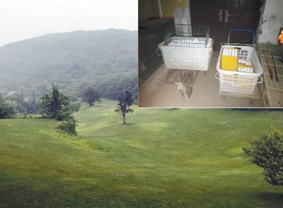 """高尔夫练习场和""""有氧运动中心""""楼道里摆放的高尔夫球。   本报记者 张 洋摄"""