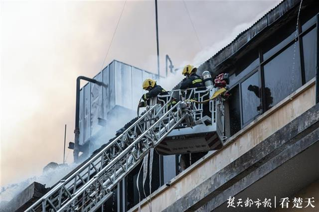 江汉饭店火灾追踪|消防无人机投入使用