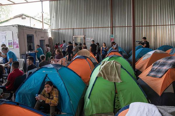 美国开始下驱逐令 移民挤满墨西哥避难所等待申请结果