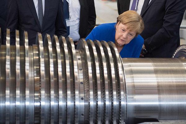 德国总理默克尔参观西门子工厂 好奇观看涡轮机