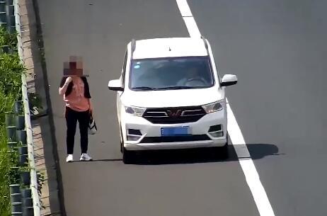 高速路上,男子尾随女子6分钟,然后强行将其塞进车