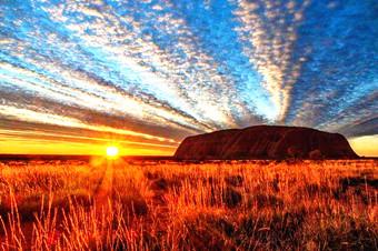 澳大利亚乌鲁鲁巨石将关闭 游客争相打卡留念